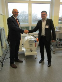 Handing over a machine: HDM's Managing Director Wolfgang Pförsich (right) and ZDS Managing Director Andreas Bertram.